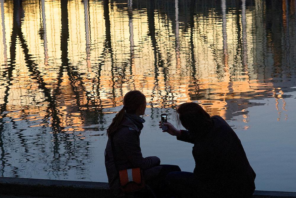 Jeune couple assis sur les bords du canal Saint-Martin, Paris, Paris-Ile-de-France, France.<br /> Young couple sitting on the edges of the Canal Saint-Martin, town of Paris, Paris-Ile-de-France region, France.