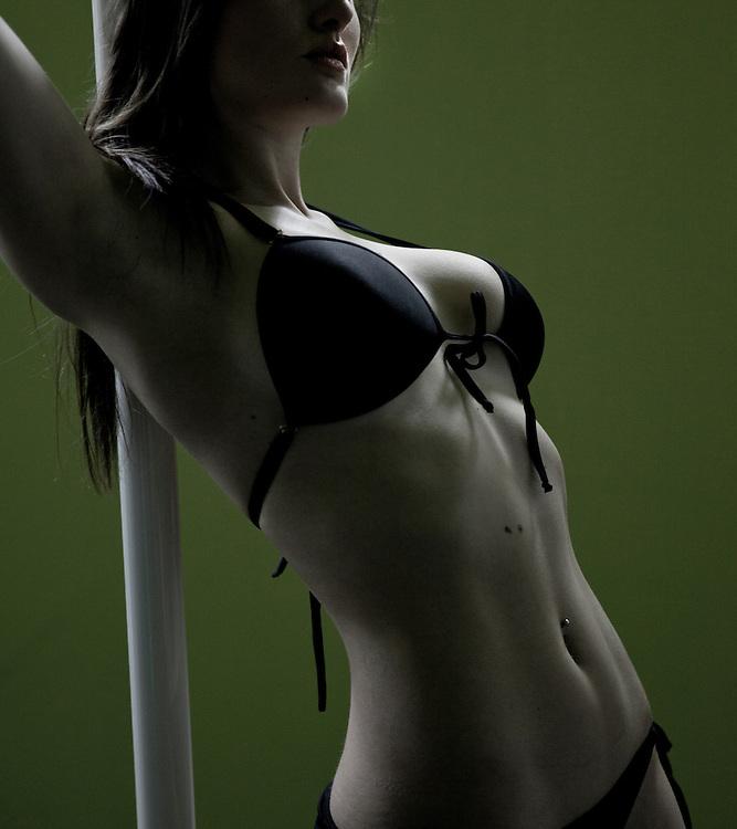 Photo: MIGUEL PEREIRA (@FotodeModa) for POL DESIGN..Model / dancer: ÁNGELA SESEÑA.