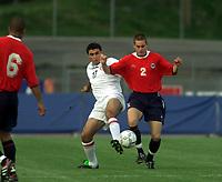 Fotball. EM-kvalifisering U21, Nadderud 1. september 2000. Norge-Armenia. Thomas Holm, Norge i kamp med Agvan Mkrtchyan, Armenia. Foto: Digitalsport.