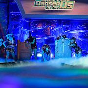 NLD/Hilversum/20130126 - 5e Liveshow Sterren Dansen op het IJs 2013, deelnemers Laura Ponticorvo, Monsif Bakkali, Paul Turner, Christophe Haddad, Tony Wyczynski en Gaby Blaaser dansen gezamelijke kur