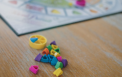 18.03.2020, Kaprun, AUT, tägliches Leben mit dem Coronavirus, im Bild eine Familie spielt ein Brettspiel. Spielsteine von Trivial Pursuit im Detail. Für ganz Österreich wurde eine Ausgangsbeschränkung der Bundesregierung ausgesprochen // a family playing a board game. Pieces of Trivial Pursuit in detail. The Austrian government is pursuing aggressive measures in an effort to slow the ongoing spread of the coronavirus, Kaprun, Austria on 2020/03/18. EXPA Pictures © 2020, PhotoCredit: EXPA/ Stefanie Oberhauser