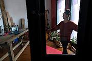 """20200619 Pablo La Rosa- adhocFOTOS/ URUGUAY/ <br /> <br /> Paula Penachio de origen  brasileña se encuentra desde el 2015 en Uruguay, incorporada al elenco del Sodre -  actualmente como primera bailarina-. Desarrolla junto a su pareja Matías  Vizcaíno un poryecto de entrega de verduras, llamado """" Mandando fruta"""" desde el cual distribuyen casa por casa.<br /> <br /> Luego de comenzada la Pandemia del Civid 19, Paula y Matías no han parado de desarrollar distintos proyectos que han logrado incorporar a mas personas vinculadas a la cultura, sector que actualmente vió diezmadas sus actividades. <br /> El sector de artes escénicas es uno de los grandes rubros totalmente parados desde el comienzo de esta Pandemia, y presumen uno de los últimos en volver a la actividad.<br /> <br /> En la Foto : Paula Penachio ensaya en su casa por zoom y luego comienza las tareas de preparación de los pedidos de verduras para salir a entregar.<br /> <br /> Montevideo. Foto: Pablo La Rosa /  adhocFOTOS"""
