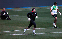 Fotball<br /> England trener foran privatlandskamp mot Spania<br /> 16. november 2004<br /> Foto: Digitalsport<br /> NORWAY ONLY<br /> Chris Kirkland looks on, left, as Paul Robinson and David James warm up knowing that he is not going to feature in the friendly match against Spain