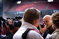 Fotball, 31. oktober 2005 , Den tidligere norske landsholdsspiller, Ståle Solbakken, overtager per 1.<br /> januar 2006 ansvaret som cheftræner i F.C. København efter Hans Backe, der efter eget ønske stopper i klubben et halvt år før hans kontrakt udløber.Det længe verserende rygte blev endeligt bekræftet på et pressemøde mandag, under stor pressebevågenhed. Den 37-årige Solbakken nåede i mesterskabssæsonen 2000/2001 at spille 15 kampe og score 4 mål for F.C. København, inden en hjertesygdom , dramatisk satte en stopper for hans videre karriere som spiller. Nordmanden, har i 3 sæsoner været cheftræner for Ham-Kam i den bedste norske liga.<br /> Ydermere forlader F.C. Københavns sportsdirektør, Niels-Christian Holmstrøm klubben sin stilling ved udgangen af juni 2006.(Jens Dige /Digitalsport)