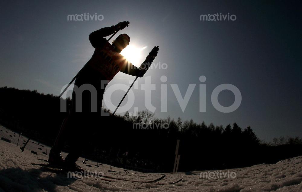 Sapporo , 020307 , Nordische Ski Weltmeisterschaft  Maenner 4x10KM Staffel Rennen ,  Feature Langlaeufer im Gegenlicht