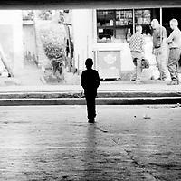 On the way to school..Children living in camps often managed to go to school but not for very long. Camps are often geographically isolated and schools too far away...During the summer1999, over 245,000 Serbs and Roms fled to Serbia and Montenegro from or within Kosovo in fear of reprisals from the majority Albanian population, after NATO air strikes had forced the withdrawal of Yugoslav. In 2003, less than 2% of them had returned and a large number of these internally displaced persons (IDPs) were still living in camps in very difficult conditions..In addition, around 5,000 IDPs, mainly of Roma ethnicity, are living in unrecognized collective centres, makeshift huts, corrugated metal containers and other substandard shelters. .This work was meant to look at how the life of children and young adults is affected by the fact that they are IDPs. I asked myself more specifically what would be different for these children/young adults from the 'normal' people of their age as far as education, health, social life, family, 'love' life and leisure are concerned. ..Sur le chemin de l'école..Les enfants vivant dans des camps réussissent à aller à l'école mais interrompent fréquemment leur scolarité en grandissant, faute d'école. Les camps se situent souvent dans des zones isolées...Pendant l'été 1999, plus de 245 000 serbes et roms ont fuit le Kosovo pour chercher refuge en Serbie ou au Montenegro, par peur de représailles de la part de la majorité de la population albanaise après que les forces de l'OTAN aient forcé l'armée yougoslave à se retirer. En 2003, moins de 2% d'entre eux étaient rentrés chez eux et le plus grand nombre de ces 'déplacés' (IDPs) vivaient encore dans des centres d'accueil dans des conditions très difficiles..Environ 5 000 IDPs, la plupart romas, vivent dans des centres non reconnus faits de containers ou d'abris de fortune. .Ce travail s'est focalisé sur les jeunes IDPs, sur les conséquences de leur état de 'déplacés' sur leur vie et plus particulière