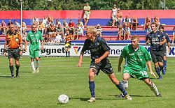 FODBOLD: Niels Peter Kjølbye (NKF) rykker fra Jonas Rohrberg (Helsingør) under kampen i Kvalifikationsrækken, pulje 1, mellem Elite 3000 Helsingør og Nivå-Kokkedal FK den 6. august 2006 på Helsingør Stadion. Foto: Claus Birch
