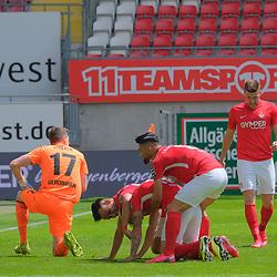 Fussball - 3.Bundesliga - Saison 2019/20<br /> Kaiserslautern -  Fritz-Walter-Stadion 20.6.2020<br /> 1. FC Kaiserslautern (fck) - KFC Uerdingen (uer)<br /> Nach dem 2:0: Torwart Rene VOLLATH (KFC Uerdingen), Anas BAKHAT (1. FC Kaiserslautern), Torschütze Florian PICK (1. FC Kaiserslautern), Hikmet CIFTCI (1. FC Kaiserslautern)<br /> <br /> Foto © PIX-Sportfotos *** Foto ist honorarpflichtig! *** Auf Anfrage in hoeherer Qualitaet/Aufloesung. Belegexemplar erbeten. Veroeffentlichung ausschliesslich fuer journalistisch-publizistische Zwecke. For editorial use only. DFL regulations prohibit any use of photographs as image sequences and/or quasi-video.