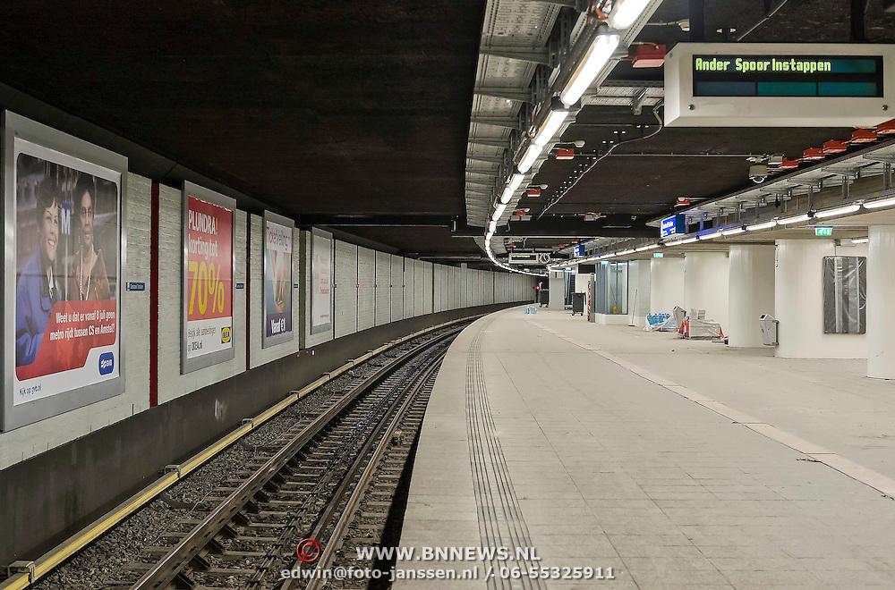 Amsterdam - Ingang Metrostaion Stationsplein.Tijdens de sluiting van de metrotunnel wordenop diverse fronten werkzaamheden uitgevoerd. Naast werk aan de vluchtwegmaatregelen in de tunnel en de ondergrondse stations pakken de bouwers van de Noord/Zuidlijn ook de ventilatie aan.