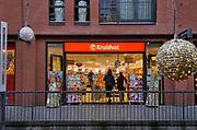 Nederland, Nijmegen, 17-12-2020 Lockdown in Nederland. De niet essentiele winkels zijn dicht. Een winkel van het Kruidvat is open, geopend. Kerstversiering hangt in de straten.Het is stil en leeg in de stad. Foto: ANP/ Hollandse Hoogte/ Flip Franssen