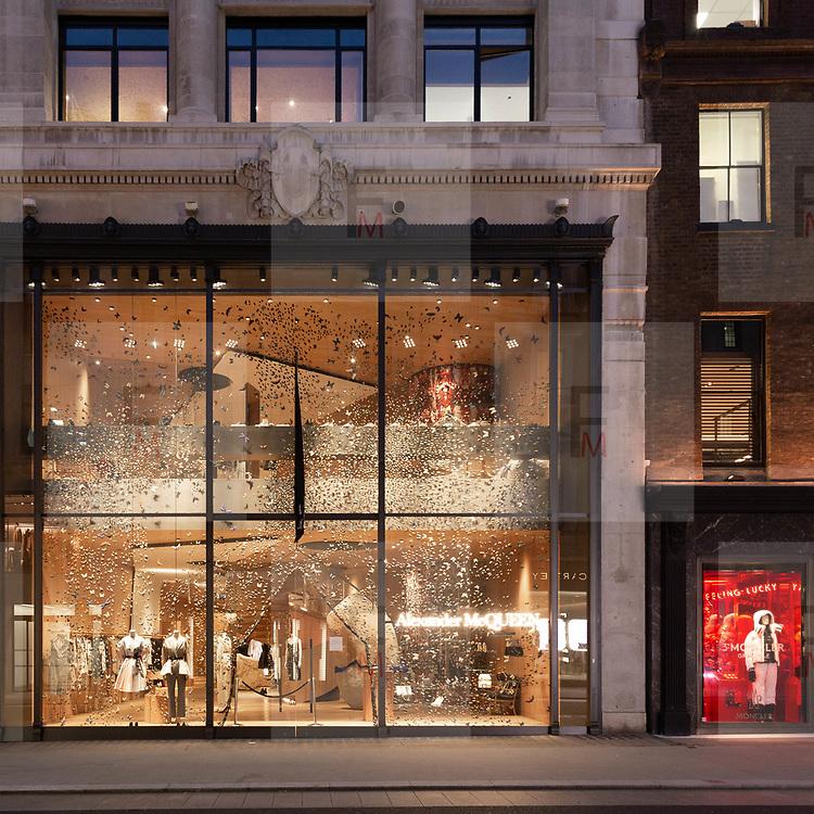 Anche @AlexanderMcQueen in @BondStreet a Mayfair ha scelto per le sue vetrine colori diversi dal classico rosso natalizio.<br /> <br /> @AlexanderMcQueen has also chosen a different colour of the classical Christmas red for its windows store in @BondStreet in Mayfair.