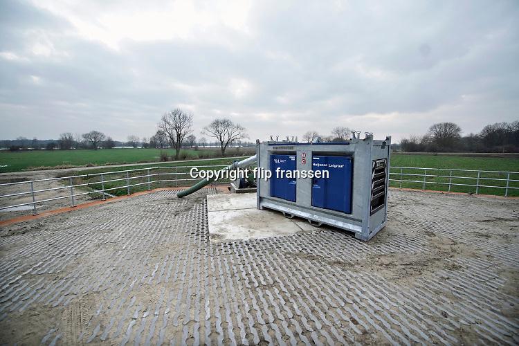 Nederland, Gennep, 6-2-2020Het water in de Maas in Noord Limburg stijgt nog. Uiterwaarden lopen op sommige plekken onder en de veerpont tussen Cuyk en Middelaar is uit de vaart. Er zijn ook enkele recent voltooide hoogwater projecten in werking. Zo worden kleine beekjes en stroompjes in het gebied afgesloten om te voorkomen dat het maaswater naar het binnenland vloeit. Om deze beken toch af te wateren zijn op plaatsen waterpompen geplaatst die het water vanuit de beek naar de maas overhevelen.Foto: Flip Franssen