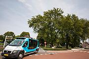 In Zevenaar verlaat een buurtbus naar Aerdt de bushalte voor het station.<br /> <br /> A bus is leaving the bus station in Zevenaar.