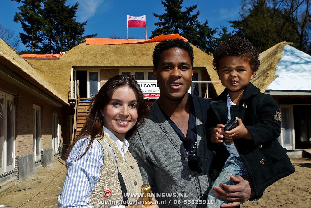 NLD/Laren/20100423 - Hoogste punt bereikt van de nieuwe woning van Rossana Lima en Patrick Kluivert