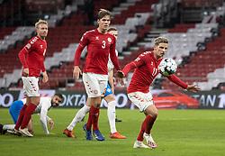 Jens Stryger Larsen og Jannik Vestergaard (Danmark) følger bolden under kampen i Nations League mellem Danmark og Island den 15. november 2020 i Parken, København (Foto: Claus Birch).