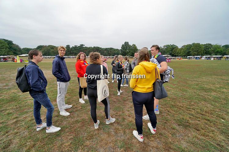 Nederland, Nijmegen, 25-8-2020 Informatiemarkt voor eerstejaars is vanwege corona verplaatst naar het Goffertpark . Hier is voldoende ruimte voor de jongeren om zich aan de anderhalvemetermaatregel te houden . Erlopen beveiligers rond die ervoor waken dat er niet teveel op een kleuitje bij elkaar gestaan wordt en er voldoende doorstroming is .  Inschrijving, aanmelding eerstejaars studenten voor het nieuwe studiejaar en de introductie aan de Radboud Universiteit, RU. In de komende week kunnen de studenten kennismaken met hun studiegenoten, sportverenigingen, studentenverenigingen en de stad. Na de inschrijving verzamelen de vele mentorgroepen zich om de rest van de week samen op te trekken . Veel introducteactiviteiten zijn uitsluitend online .Foto: ANP/ Hollandse Hoogte/ Flip Franssen