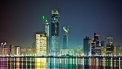 Vista noturna da marina. Abu Dhabi é a capital dos Emirados Árabes Unidos e também o maior de todos os Emirados com uma área de 67.340 quilômetros quadrados, equivalente a 86.7 % da área total do país, excluindo as ilhas. Tem um litoral que estende por mais de 400 quilômetros e é dividido para propósitos administrativos em três regiões principais. A primeira região cerca a cidade de Abu Dhabi que é o capital do emirado e a capital federal. FOTO: Jefferson Bernardes/Preview.comAbu Dhabi, é a capital dos Emirados Árabes Unidos e também o maior de todos os Emirados com uma área de 67.340 quilômetros quadrados, equivalente a 86.7 % da área total do país, excluindo as ilhas. Tem um litoral que estende por mais de 400 quilômetros e é dividido para propósitos administrativos em três regiões principais. A primeira região cerca a cidade de Abu Dhabi que é o capital do emirado e a capital federal. FOTO: Jefferson Bernardes/Preview.com