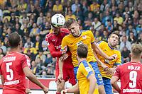 BILDET INNGÅR IKEK I FASTAVTALER. ALL NEDLASTING BLIR FAKTURERT.<br /> <br /> Fotball<br /> Tyskland<br /> Foto: imago/Digitalsport<br /> NORWAY ONLY<br /> <br /> vl Tim Kister (Sandhausen, 14) gegen Gustav Valsvik (Torwart, Braunschweig, 5) Zweikampf, Duell, duel, tackle, Dynamik, Action, Aktion, Fussball, 2. Bundesliga, Eintracht Braunschweig - SV Sandhausen<br /> 17.09.2016
