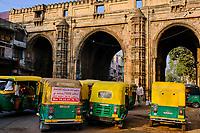 Inde, Etat de Gujarat, Ahmedabad, classé Patrimoine Mondial de l'UNESCO, porte Teen Darwaja // India, Gujarat, Ahmedabad, Unesco World Heritage city, Teen Darwaja door