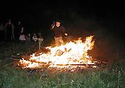 David Kirke walking through a bonfire. Dangerous Sports Club party hosted by Rick Peel. East Sussex. 26 August 2000. © Copyright Photograph by Dafydd Jones 66 Stockwell Park Rd. London SW9 0DA Tel 020 7733 0108 www.dafjones.com