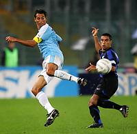 Fotball<br /> Italia Serie A<br /> Foto: Graffiti/Digitalsport<br /> NORWAY ONLY<br /> <br /> Roma 5/11/2005 <br /> <br /> Lazio Inter 0-0 <br /> <br /> Un colpo di tacco di Aparecido Cesar di fronte a Ivan Cordoba