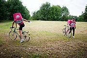 Twee bezorgers van Foodora bij een checkpoint. In Nieuwegein wordt het NK Fietskoerieren gehouden. Fietskoeriers uit Nederland strijden om de titel door op een parcours het snelst zoveel mogelijk stempels te halen en lading weg te brengen. Daarbij moeten ze een slimme route kiezen.<br /> <br /> In Nieuwegein bike messengers battle for the Open Dutch Bicycle Messenger Championship.