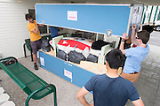 De transportkist wordt geopend waar de VeloX2 in zit.<br /> <br /> The flight case with the VeloX2 is open.