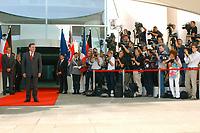 20 SEP 2003, BERLIN/GERMANY:<br /> Gerhard Schroeder, SPD, Bundeskanzler, wartet vor dem Haupteingang auf seine Gaeste T ony B lair, Premierminister Gross Britannien und J acques Chirac, Praesident Frankreich, vor einem Gipfelgespraech, Ehrenhof, Bundeskanzleramt <br /> IMAGE: 20030920-01-022<br /> KEYWORDS: Gerhard Schröder, Gipfel, summit, Eintreffen, wartet, warten, Kamera, Camera, Fotograf, Fotografen, photographer, Gast, Gäste, Journalist, Journalisten, Treffen