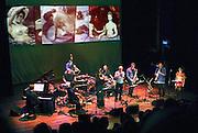 Nederland, Nijmegen, 30-10-2005Een optreden van de muziekgroep I Compani met bandleider, componist en saxofonist Bo van de Graaf in cultureel centrum LUX. Het stuk heette:  De Liefde Natuurlijk met zangeres Quirine Melssen. Ter gelegenheid van het 20 jarig bestaan, jubileum.FOTO: FLIP FRANSSEN/ HH