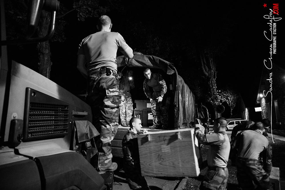 mercredi 5 octobre 2016, 22h28, Versailles. Les dernières réintégrations d'équipement sont passées. Les caisses contenant l'équipement collectif des militaires sont chargées à bord de camions... qui seront gardés toute la nuit par des légionnaire se relevant jusqu'au départ de l'unité.