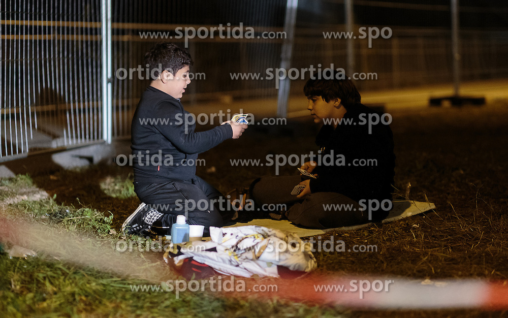 03.10.2015, Grenzübergang, Salzburg - Freilassing, GER, Flüchtlingskrise in der EU, im Bild Flüchtlingskinder spielen Karten // refugee childs play with cards. Europe is dealing with its greatest influx of migrants and asylum seekers since World War II as immigrants fleeing war and poverty in the Middle East, Afghanistan and Africa try to reach Germany and other Western European countries, German - Austrian Border, Salzburg, Austria on 2015/10/03. EXPA Pictures © 2015, PhotoCredit: EXPA/ JFK