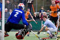 EINDHOVEN - HOCKEY - OZ-speler Jelle Galema (2e van links) zorgt voor onrust in de Bl'daal verdediging met links keeper jaap Stockmann en Wouter Jolie tijdens de hoofdklasse hockeywedstrijd tussen de mannen van Oranje-Zwart en Bloemendaal (3-3). Geheel rechts Mink van der Weerden van OZ.  FOTO KOEN SUYK