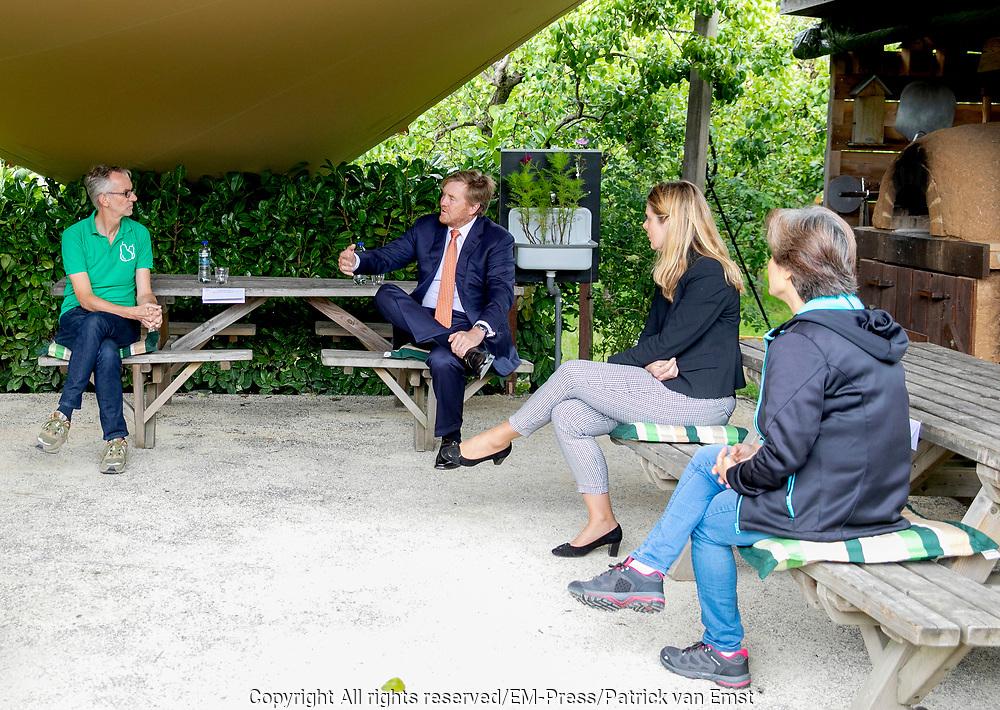 ZOETEMEER, 29-6-2020 . Koning Willem Alexander tijdens een werkbezoek aan Gilde Stadstuiniers Zoetermeer in de Hof van Seghwaert. Het Gilde Stadstuiniers heeft in 2015 het initiatief genomen voor 'De kracht van groen Zoetermeer'. Het Oranje Fonds heeft dit driejarige project financieel ondersteund. Koning Willem-Alexander en Koningin Máxima zijn beschermpaar van het Oranje Fonds.