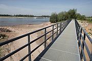 Nederland, Slijk-Ewijk, 26-5-2020 De opening, inlaat in de zomerdijk van de loenensche buitenpolder in de betuwe staat droog omdat het water in de waal langzaam zakt vanwege de aanhoudende droogte in haar stroomgebied.  Het natuurgebied in de uiterwaarden is aangelegd in het kader van ruimte voor de rivier, maar staat nu bijna droog . een binnenvaartschip komt voorbij . Langzaam daalt het peil van het water in de rivier In de herfst van 2018 stond de stand bij Lobith op 6,55 meter boven nap, een laagwater record dat veel overlast voor de binnenvaart opleverde .. . Die stand is nu nog 7,80 meter . In de maas wordt vanaf zuid Limburg het waterpeil kunstmatig geregeld via de stuwen en sluizen en is pas bij minimale aanvoer vanuit belgie grote verlaging zichtbaar. Foto: Flip Franssen