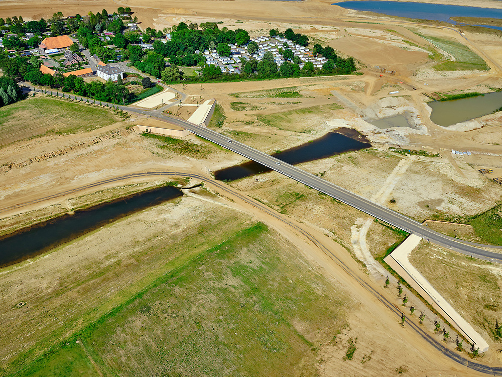 Nederland, Limburg, Gemeente Horst aan de Maas.; 27-05-2020; Ooijen, nieuwe brug over de (uitgegraven) Oude Maasarm tussen Ooijenen Wanssum. Links het recreatiepark Kasteel Ooijen. Bij hoogwater kan de de oude rivier weer mee gaan stromen. Onderdeel van <br /> Gebiedsontwikkeling  Ooijen en Wanssum, waaronder aanleg van een  hoogwatergeul, weerdverlaging en natuurontwikkeling.<br /> Ooijen, new bridge over the (excavated)  old branch of the Meuse. On the left the recreation park Kasteel Ooijen. At high tide, the old river can flow again.<br /> <br /> luchtfoto (toeslag op standard tarieven);<br /> aerial photo (additional fee required)<br /> copyright © 2020 foto/photo Siebe Swart