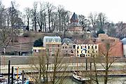 Nederland, The Netherlands, Nijmegen, 2-3-2018Voet van de Valkhofheuvel met de st. nicolaas kapel .Hier stond een palz van Karel de Grote. Te zien zijn o.a. het Velorama fietsmuseum, museum de Bastei, stratemakerstoren, en Hotel Courage .  Bij opgravingen zijn resten uit de 13e tot 19e eeuw gevonden alsmede uit de Romeinse tijd. De vondst van restanten van de fundering van een Romeins huis is bijzonder. De Bastei is het nieuwe centrum voor natuur en cultuurhistorie, dat doorloopt tot de 16e eeuwse Stratemakerstoren.FOTO: FLIP FRANSSEN