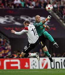 28-05-2011 VOETBAL: CHAMPIONS LEAGUE FINAL FC BARCELONA - MANCHESTER UNITED: LONDON<br /> Wayne Rooney of Manchester Utd almost  chips Barcelona Victor Valdes (2nd vice-captain) <br /> ***NETHERLANDS ONLY***<br /> ©2011- FotoHoogendoorn.nl/nph/M. Pozzetti