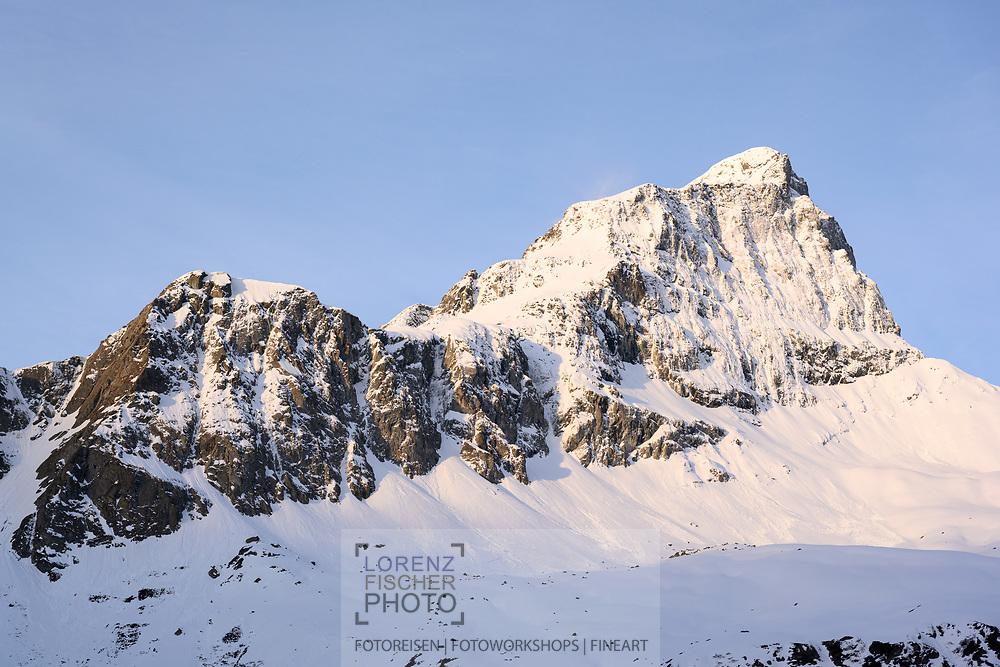 Die vereiste Nordwand des Piz Platta im ersten Licht des Morgens von der Hochebene Faller aus gesehen, Surses, Graubünden, Schweiz / <br /> <br /> <br /> <br /> The icy north face of Piz Platta in the first light of the morning as seen from the Faller plateau, Surses, Grisons, Switzerland