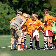 NLD/Laren/20060610 - Rene Froger en partner Natasja Kunst kijken tijdens een voetbaltoernooi naar hun zoon Didier, zoon gewond op de grond na tackle