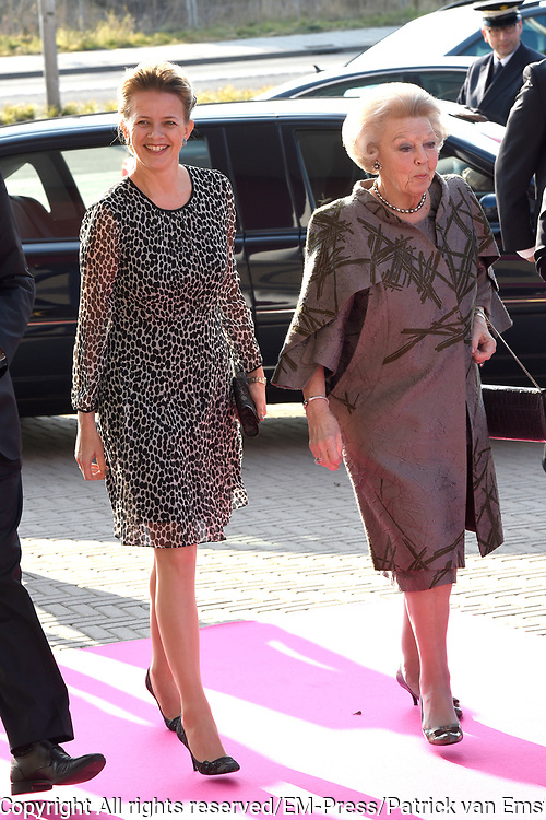 Prinses Beatrix en Prinses Mabel bij de uitreiking van De Prins Friso Ingenieursprijs 2016 in hogeschool InHolland in Delft, de stad waar prins Friso lucht-en ruimtevaarttechniek <br /> <br /> Princess Beatrix and Princess Mabel at the presentation of Prince Friso Engineers Price 2016 college InHolland in Delft, the city where Prince Friso aerospace engineering<br /> <br /> Op de foto / On the photo:  Prinses Beatrix en Prinses Mabel