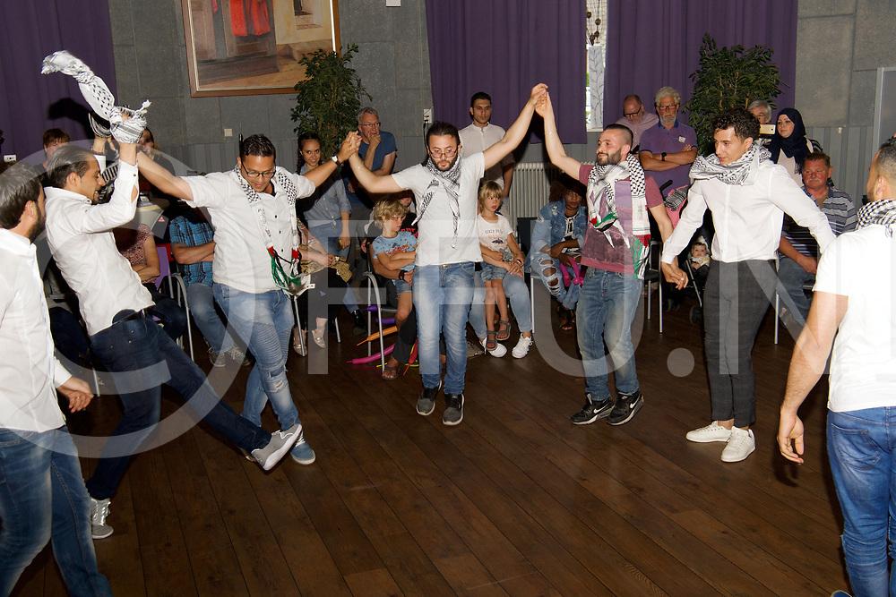 BALKBRUG - Good 2 meet you.<br /> Foto: Syrisch dans onder leiding van Alaa, die sinds 7 jaar in Dedemsvaart woont.<br /> FFU PRESS AGENCY COPYRIGHT FRANK UIJLENBROEK