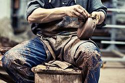 Spolvero dei vasi di argilla dai residui in eccesso mediante la spugna