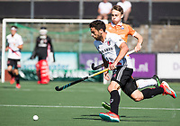 AMSTELVEEN  - Hockey -  1e wedstrijd halve finale Play Offs dames.  Amsterdam-Bloemendaal (5-5), Bl'daal wint na shoot outs. Valentin Verga (A'dam) met Yannick van der Drift (Bldaal) .   COPYRIGHT KOEN SUYK