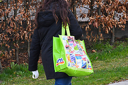 17.03.2020, Innsbruck, AUT, Coronavirus in Österreich, tägliches Leben in der Coronavirus Krise, im Bild eine Frau mit einer Einkaufstasche // a woman with a shopping bag. The Austrian government is pursuing aggressive measures in an effort to slow the ongoing spread of the coronavirus Innsbruck, Austria on 2020/03/17. EXPA Pictures © 2020, PhotoCredit: EXPA/ Erich Spiess
