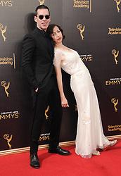 Kristen Schaal, John Roberts bei der Ankunft zur Verleihung der Creative Arts Emmy Awards in Los Angeles / 110916 <br /> <br /> *** Arrivals at the Creative Arts Emmy Awards in Los Angeles, September 11, 2016 ***