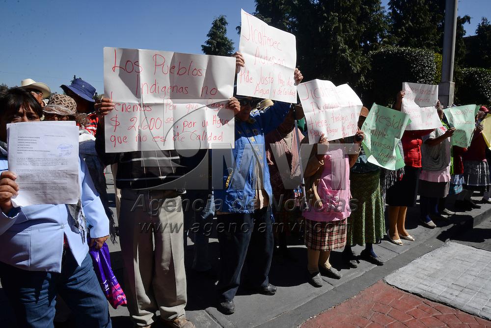 Toluca, México.- Habitantes de la comunidad de Jicaltepec Autopán se manifestaron frente al Palacio Municipal de Toluca, exigiendo el cobro justo  por el servicio de agua potable, ya que  consideran excesivo el cobro por este servicio. Agencia MVT /Crisanta Espinosa