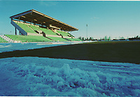 99032503: Nadderud stadion i mars 1999. Fortsatt ligger snøen rundt banen. (Foto: Peter Tubaas)