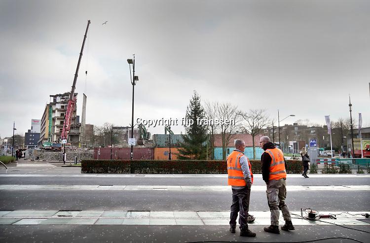 Nederland, Nijmegen, 12-12-2019 Kantoorgebouw metterswane wordt gesloopt. Het lelijke gebouw waar vanaf de jaren 70 verschillende diensten en afdelingen van de gemeente gehuisvest waren verdwijnt en gaat plaatsmaken voor een woontoren. Foto: Flip Franssen