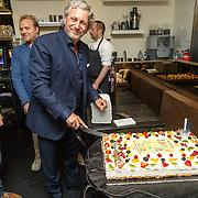 NLD/Amsterdam/20150604 - Boekpresentatie advocaat Mark Teurlings, aansnijden taart door Mark
