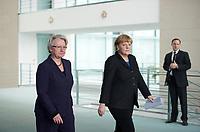 DEU, Deutschland, Germany, Berlin, 09.02.2013: <br />Bundesbildungsministerin Annette Schavan (L) (CDU) und Bundeskanzlerin Angela Merkel (R) (CDU) auf dem Weg zu einem Pressestatement anlässlich von Annette Schavans Rücktritt als Bundesbildungsministerin im Bundeskanzleramt.